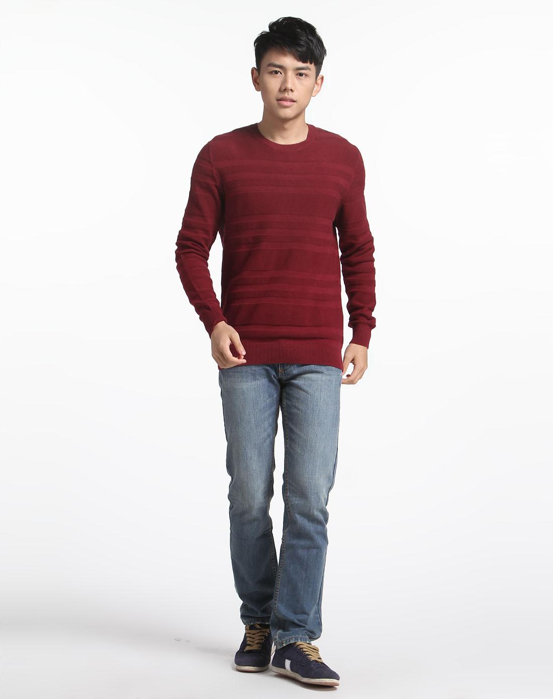 暗红色圆领长袖针织衫