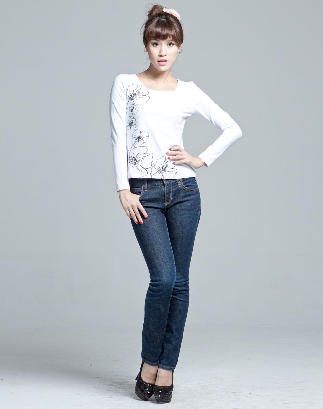 牛仔裤加白体恤手工制作