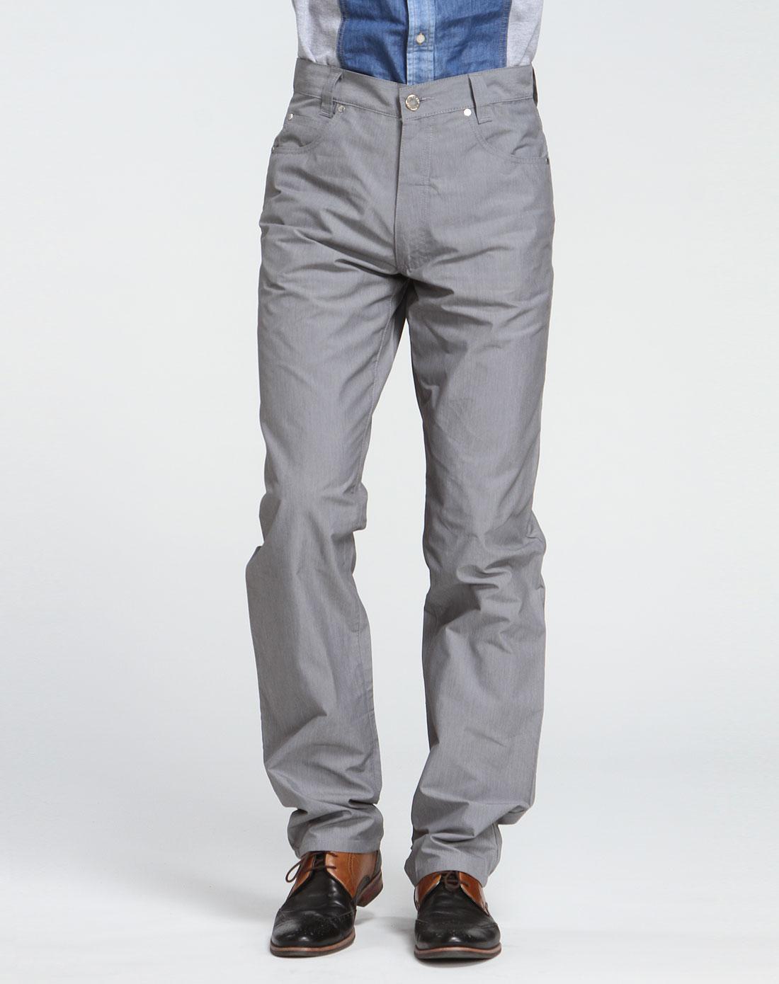 男士灰色休闲裤配白衬衣黑皮鞋