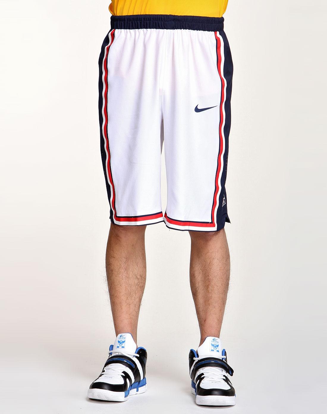 男子白色运动短裤