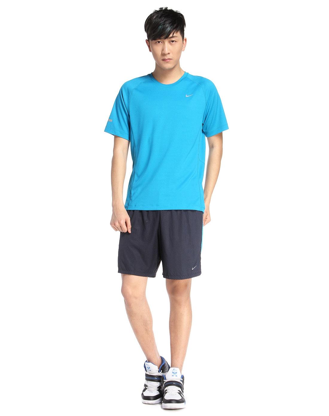 蓝绿色t恤