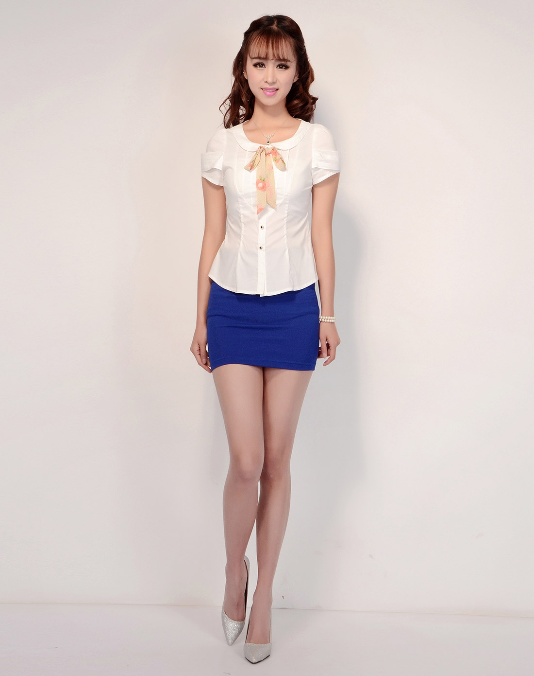 乳白色气质美女短袖衬衫