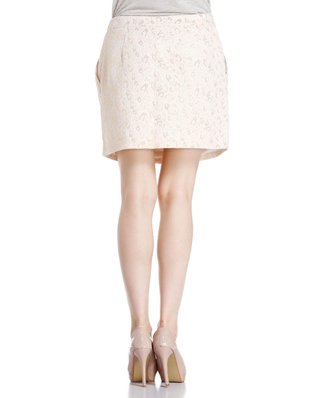 立体花纹米色包臀短裙