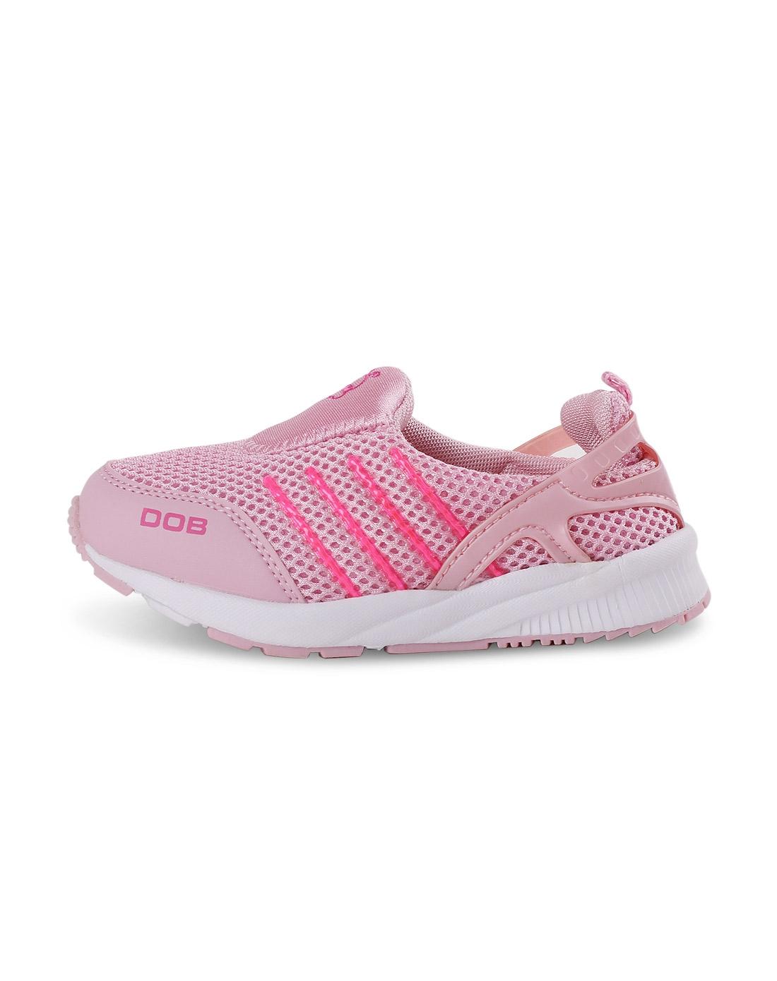 女童粉红运动鞋