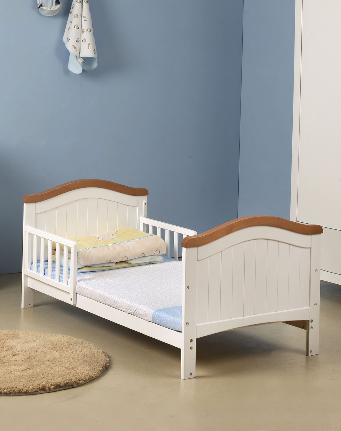 巴布豆欧式活动侧栏拼色婴儿床少年床白色赠送粉色纯棉床帏四件套140*