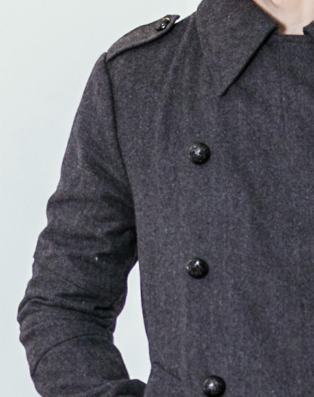 男四五十岁男人大胡子穿大衣烟头像