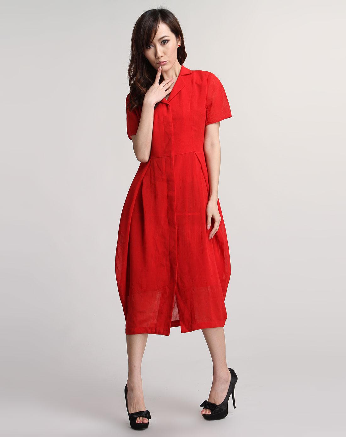 红涩连衣裙