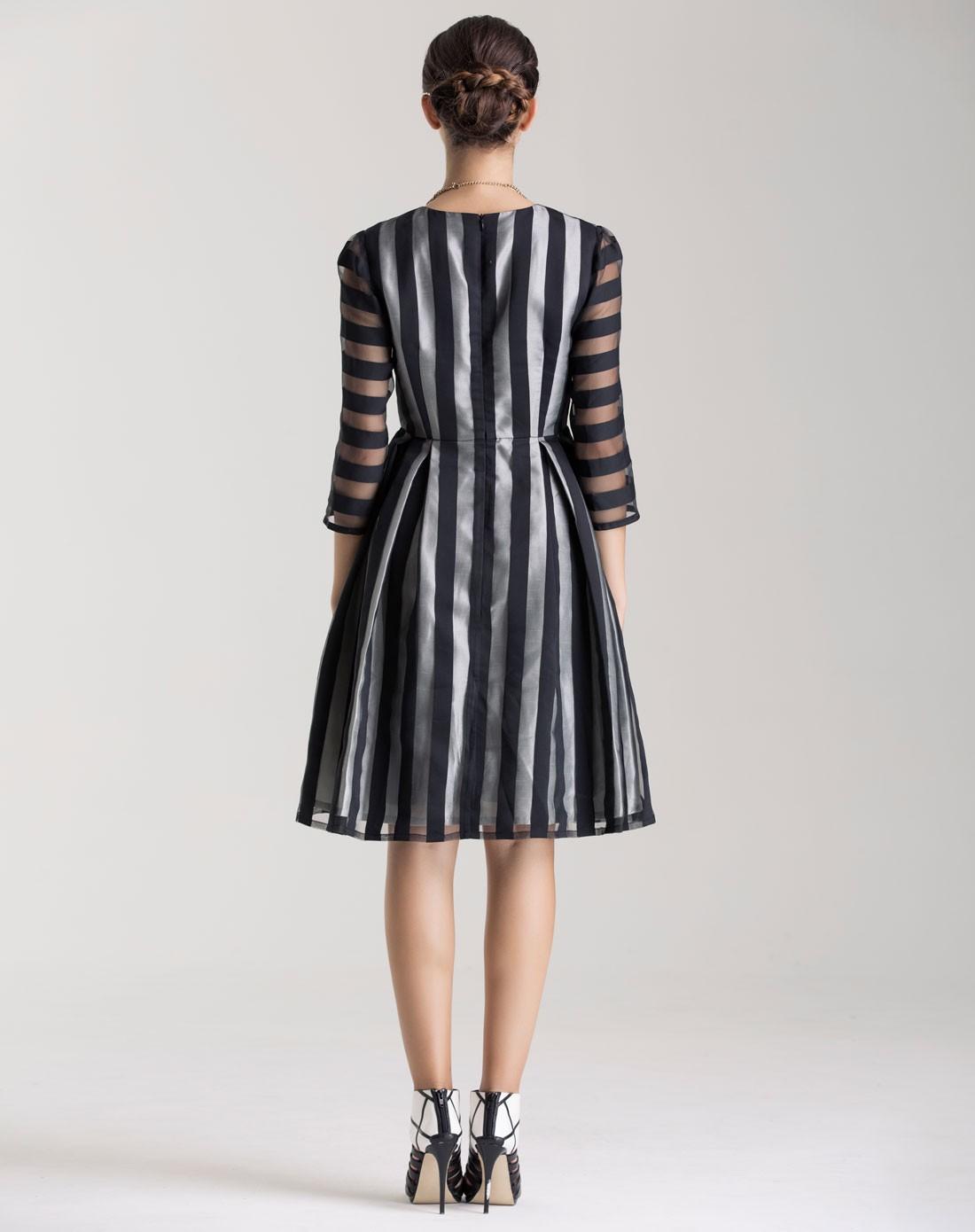 黑白条纹连衣裙