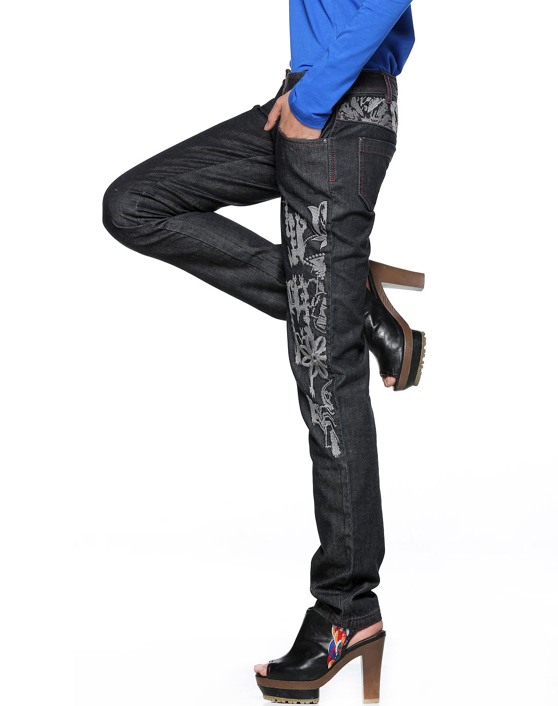 黑色绣花铆钉牛仔裤