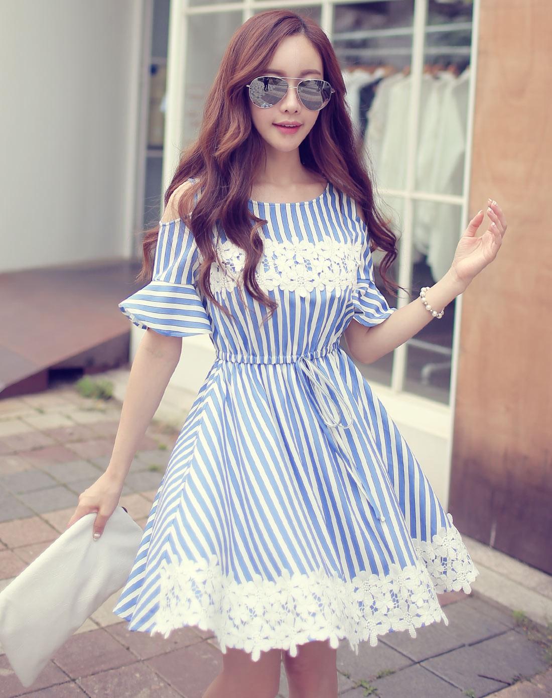 天蓝色条格贴蕾丝花边裸肩连衣裙
