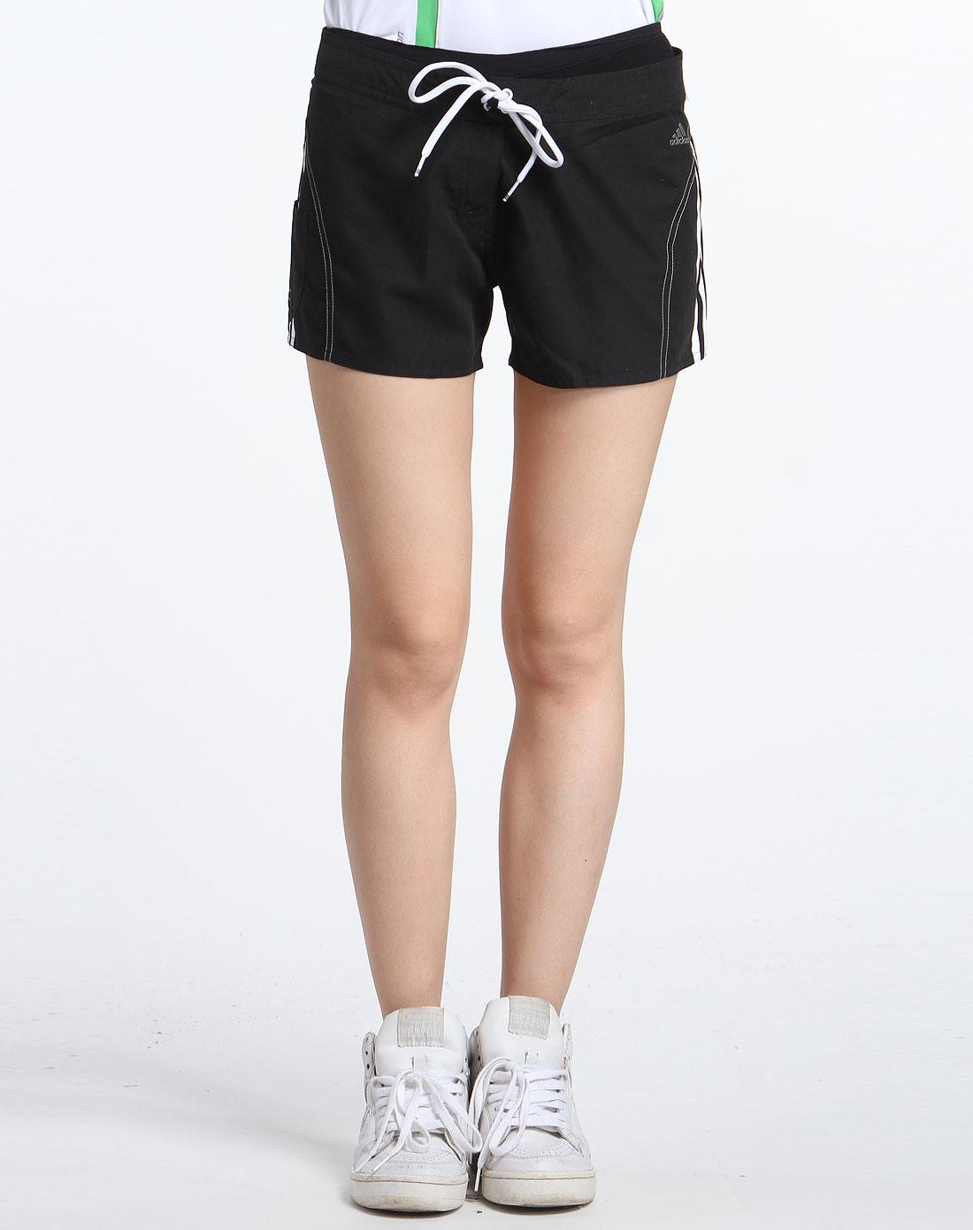 黑色运动型短裤