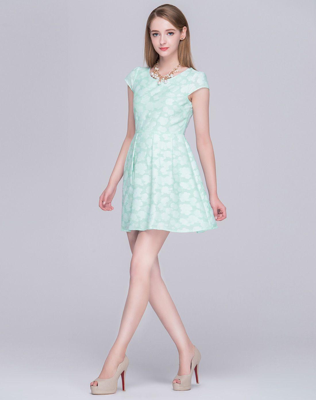 浅色可爱绣花云朵花纹连衣裙