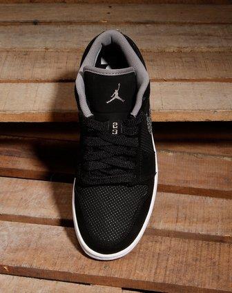 乔丹全黑色篮球鞋
