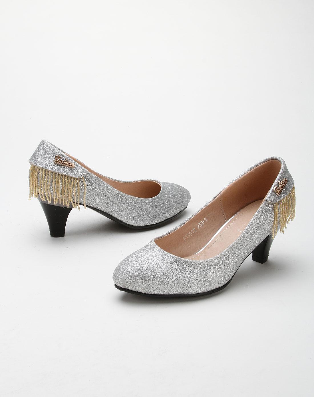 后跟串珠链装饰亮银色高跟鞋