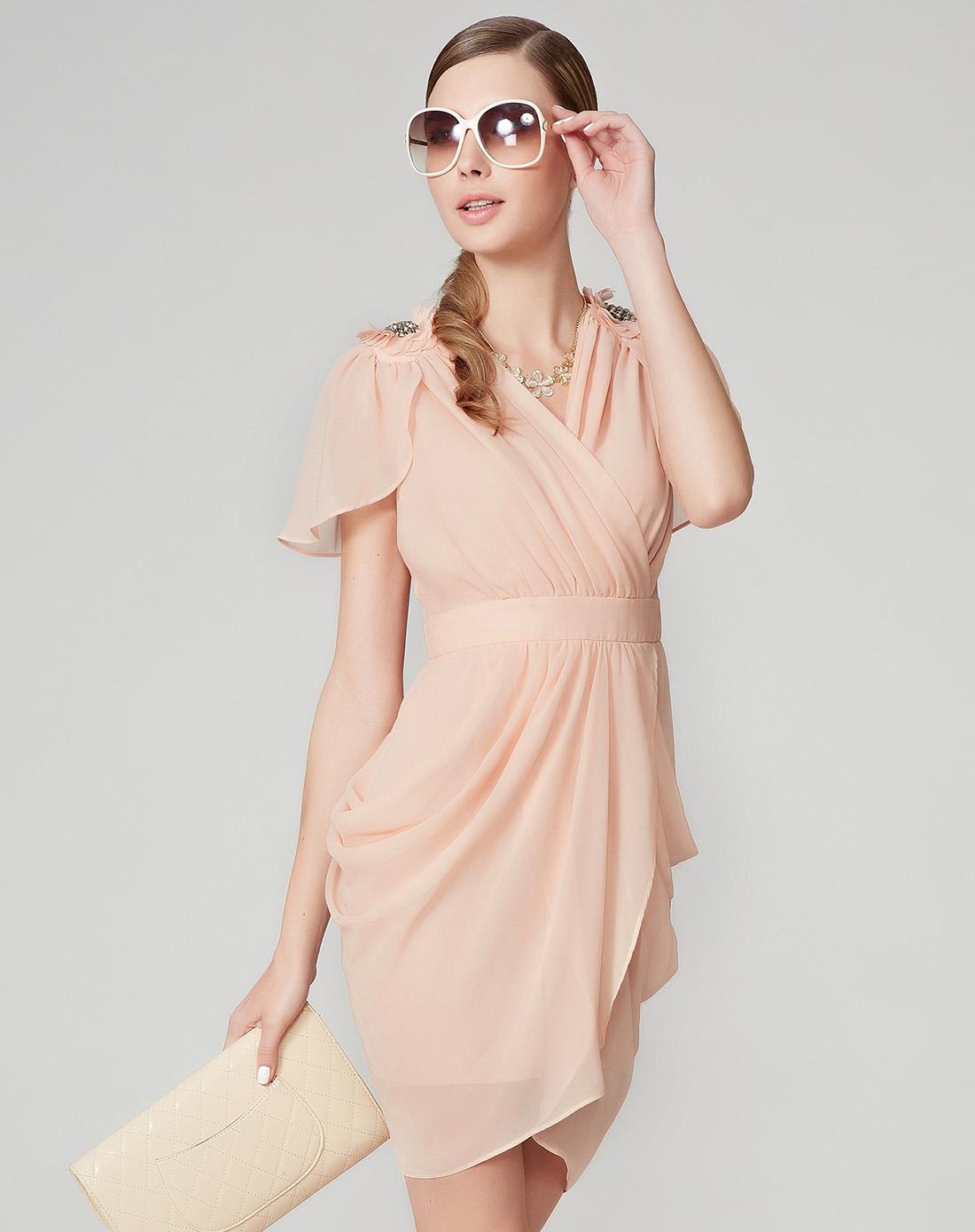 粉色皱褶连衣裙