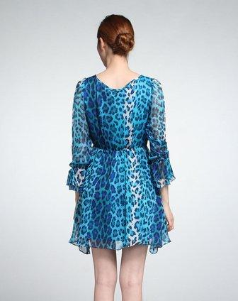 蓝色花纹俏丽长袖连衣裙