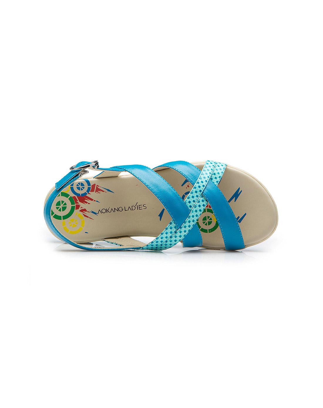 蓝色平底凉鞋