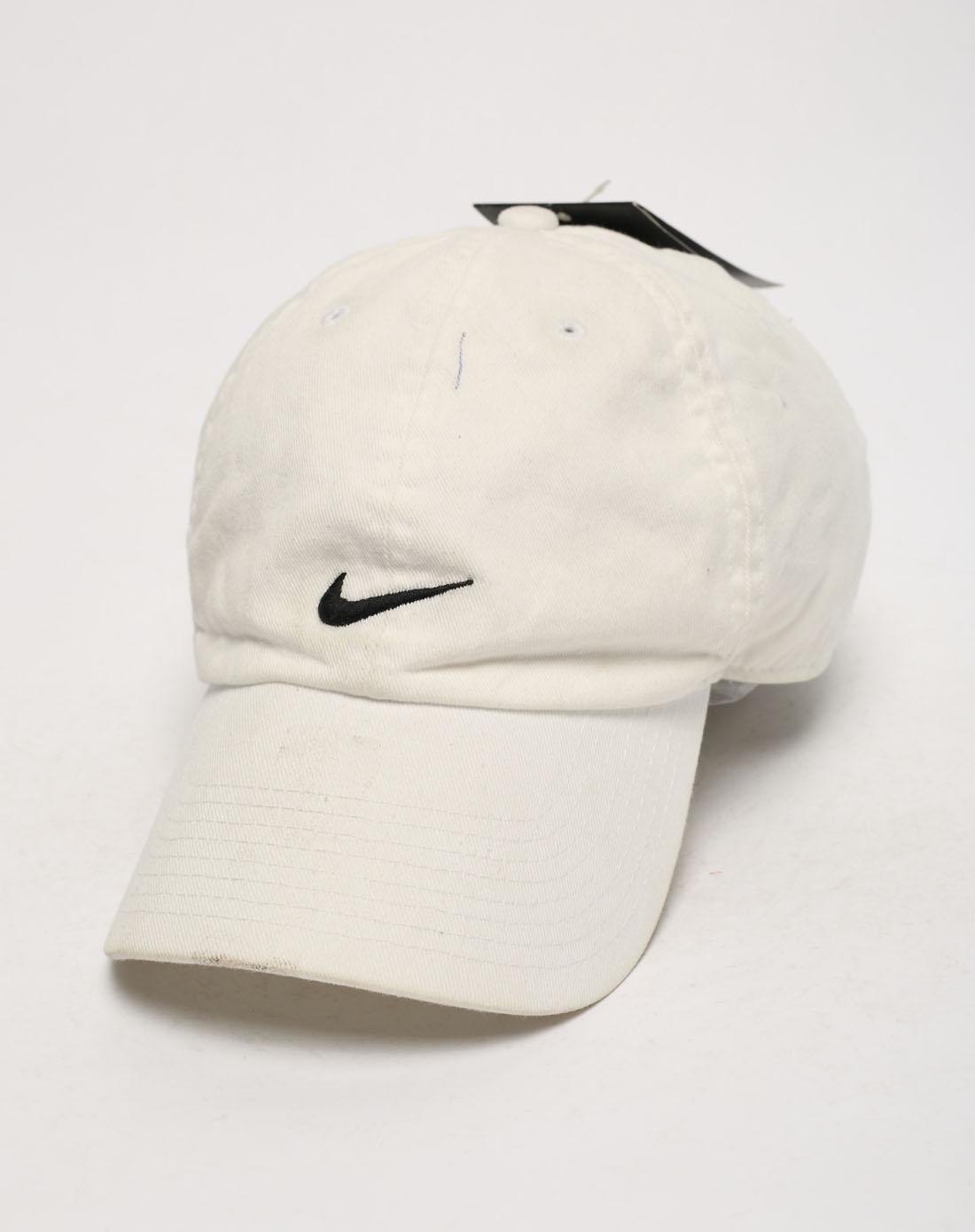 男子白色帽子