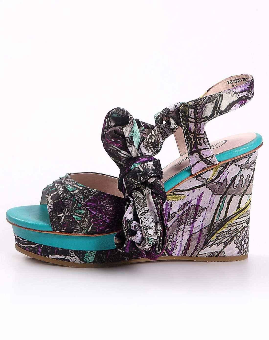 紫色花纹布高跟凉鞋