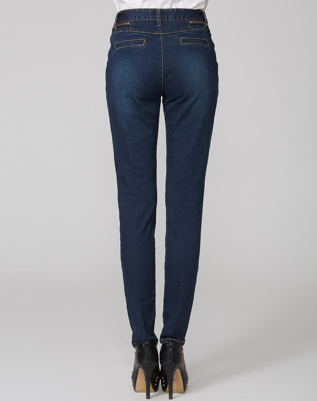 蓝色拉链装饰牛仔裤