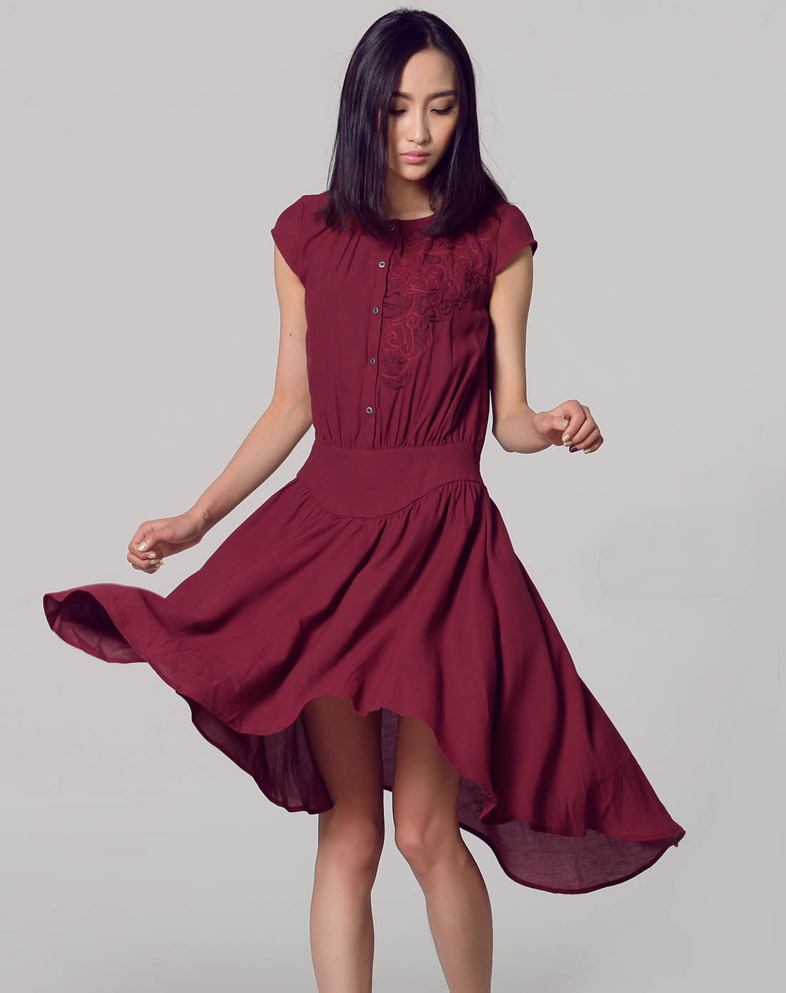 暗红色不规则绣花短袖连衣裙