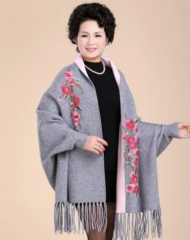 女款灰色精致梅花绣花披肩