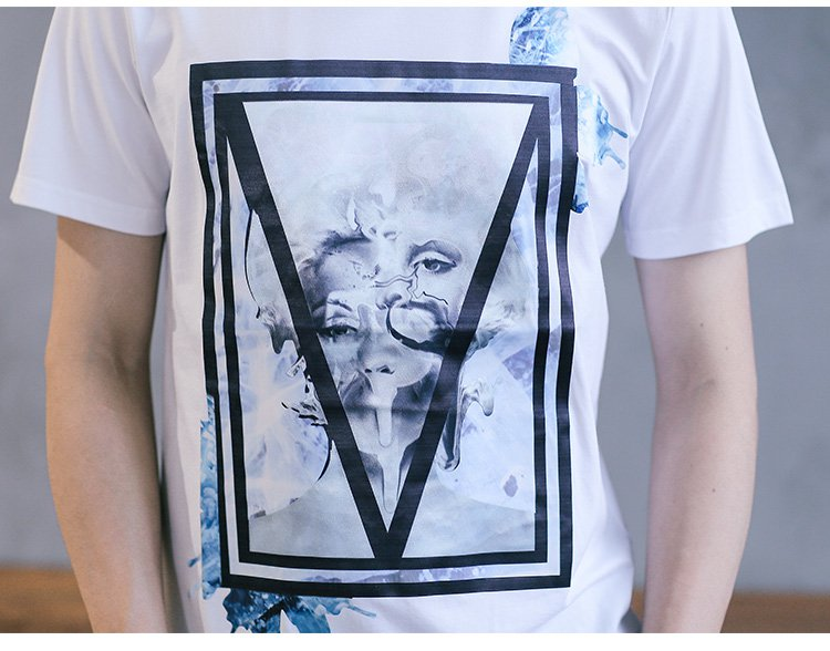 前片方框内倒三角形抽象人头印花短袖t恤白色