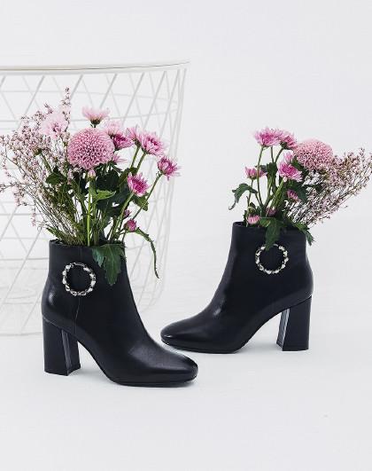 哈森旗下 2018冬季新款简约钻饰高跟冬季短靴女鞋图片