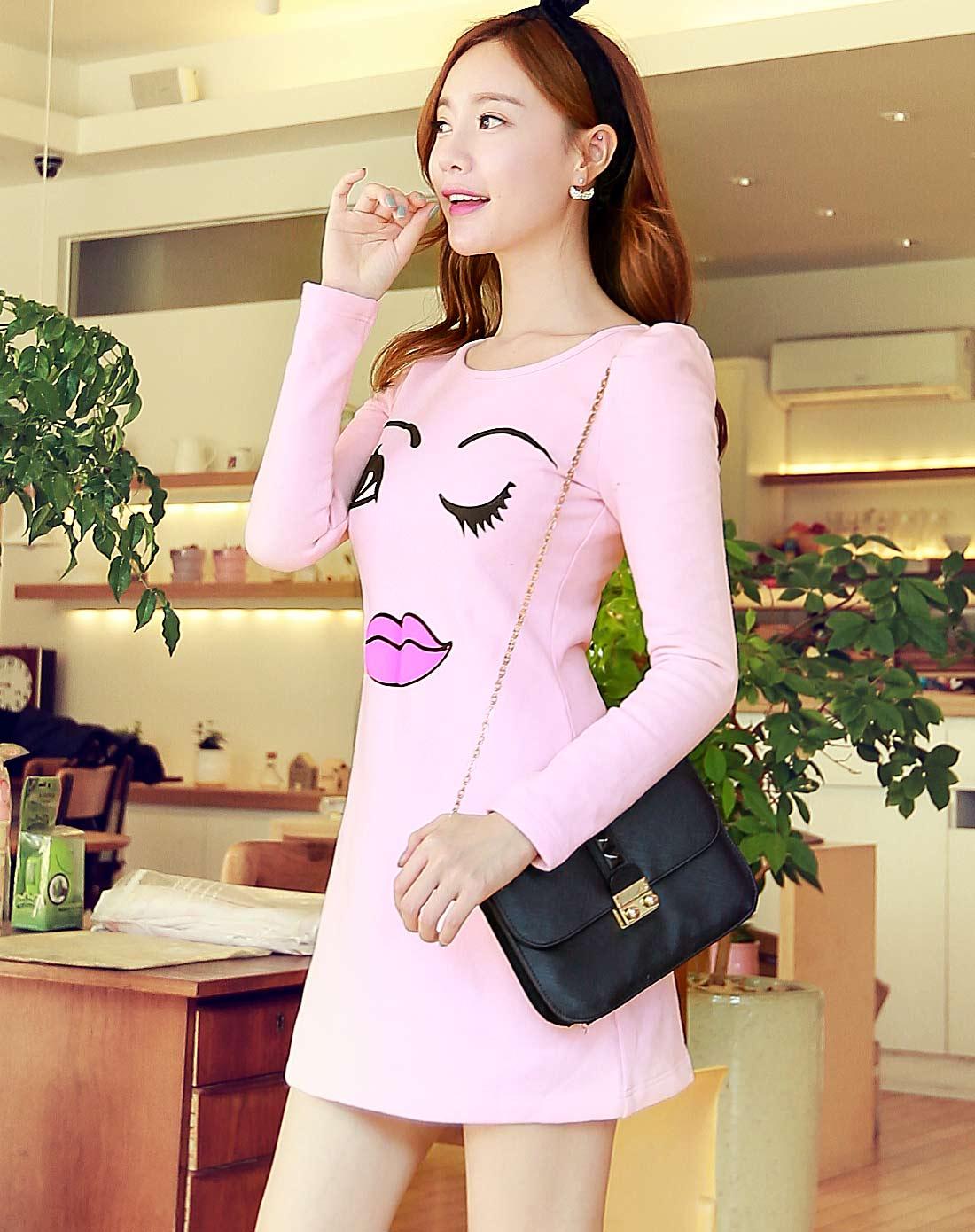 粉红色美女笑脸连衣裙